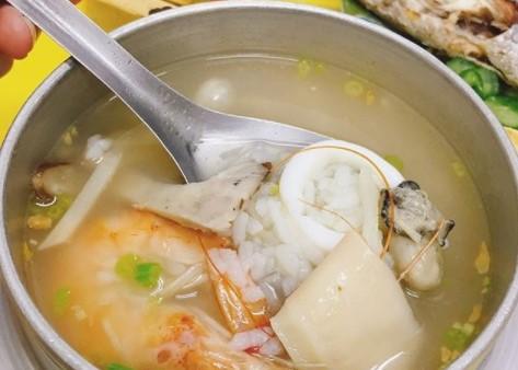延三夜市そばの「嘉義鮑魚海產粥」のお粥は夜食に最適!