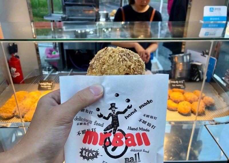 墾丁夜市の人気屋台「Mr.Ball 專賣炸肉球」のコロッケ!